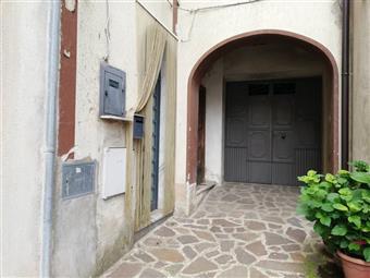 Casa semi indipendente in Piazza Umberto i, Villa, Liberi