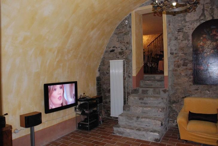 Vendita casa singola pegui calice al cornoviglio for Immagini di case arredate