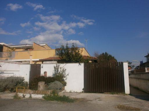 Vendita villa a schiera via tirso pomezia abitabile for Appartamento affitto aprilia arredato